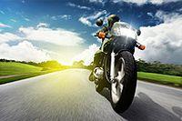 急速行驶的摩托车图片