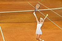 打网球跳跃美女图片