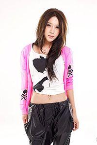 时尚潮流大眼美女小米手机壁纸