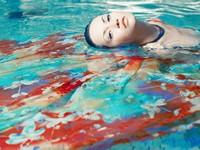 游泳池水面上的美丽少女高清图片下载