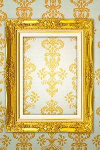 欧式壁纸上的金色相框高清图片下载