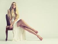 椅子上长腿金发女郎高清图片下载