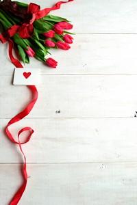 红色郁金香与丝带情书高清图片下载
