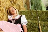 草垛中的美丽金发少女高清图片下载