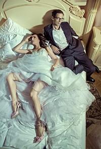 欧美风床上的年轻男女高清图片下载