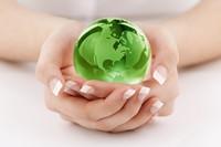 双手中的绿色水晶球形高清图片下载