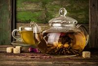 透明水壶中的可口花茶高清图片下载