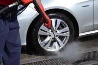 正在清洗的洗车轮胎高清图片下载
