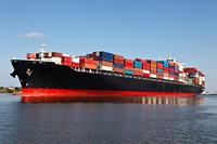 停在港口的货轮集装箱高清图片下载