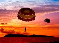 夕阳空中美丽降落伞高清图片下载