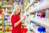 超市选购物品金发美女高清图片下载