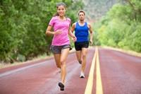马路上慢跑的时尚男女高清图片下载
