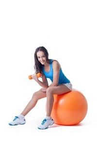 瑜伽球上锻炼的运动女子高清图片下载