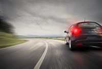 公路上高速行驶的时尚轿车高清图片下载