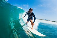 巨大海浪中冲浪男子高清图片下载