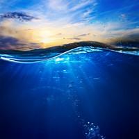 清澈海水与美丽天空高清图片下载