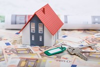 钞票上的房屋模型与钥匙高清图片下载