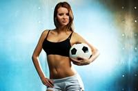 抱着足球的火辣少女高清图片下载