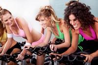 锻炼健身美女健身房骑自行车高清图片下载