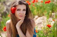 花丛中美丽金发少女高清图片下载