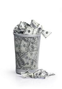 满满一垃圾筒的百元美钞高清图片下载
