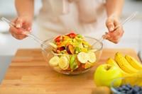 玻璃盆中的新鲜水果沙拉高清图片下载