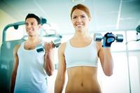 健身房锻炼美丽女子与男子高清图片下载