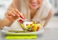 玻璃盘中的美味水果高清图片下载