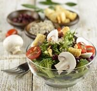 桌子玻璃盘子中的新鲜蔬菜高清图片下载