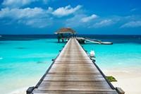 美丽清澈海水上的栈桥高清图片下载