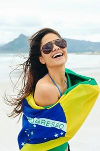 披着巴西国旗的时尚美女高清图片下载