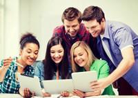 聚在一起分享照片的年轻大学生高清图片下载
