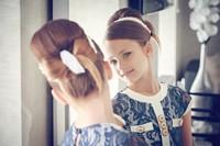 照镜子的美丽时尚女孩高清图片下载