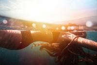 水中漂浮比基尼美女高清图片下载