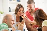 聚餐吃饭的时尚年轻人高清图片下载