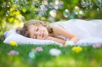 草地上熟睡的可爱女孩高清图片下载
