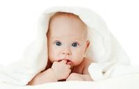 抱着毛巾的可爱小宝宝高清图片下载