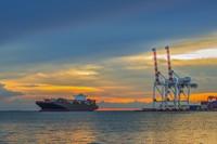 夕阳海上港口与货船高清图片下载