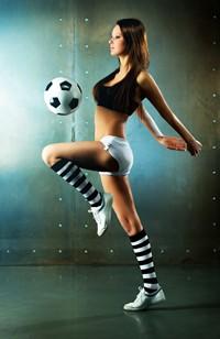 踢足球美丽运动少女高清图片下载