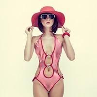 性感红色条纹泳装美女高清图片下载