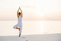 海边瑜伽站立的女子高清图片下载
