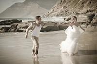 海边踏浪奔跑的新婚夫妻高清图片下载