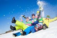 开心滑雪的年轻男女高清图片下载