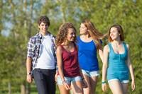散步郊游年轻大学生高清图片下载