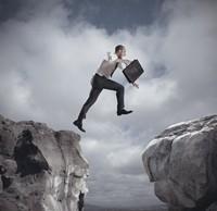 跳跃悬崖之间的商务男子高清图片下载