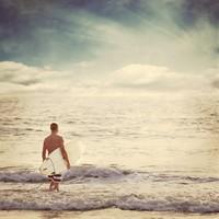 海边拿着冲浪板的健美男子高清图片下载