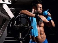 健身器材旁的壮硕男子高清图片下载